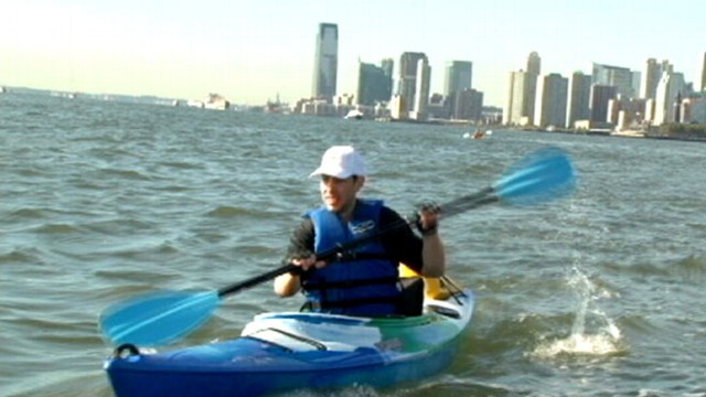 VIDEO: ABC News' Dan Harris paddles along with kayak commuter Zach Schwitzky.