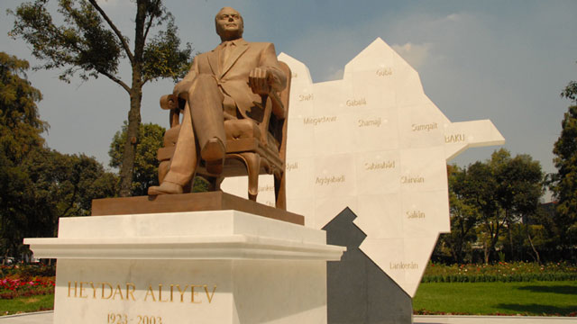 PHOTO:Azerbaijan Dictator statue angers Mexico City residents