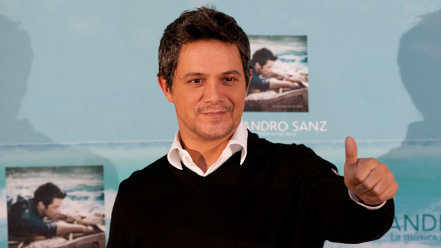 PHOTO: Spains Alejandro Sanz gives a thumbs up at a news conference in Mexico City on Sept. 17, 2012.