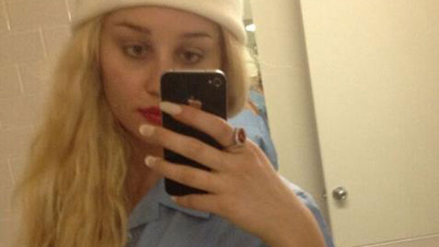 PHOTO: Amanda Bynes often shares shots of her outfits and makeup on Twitter