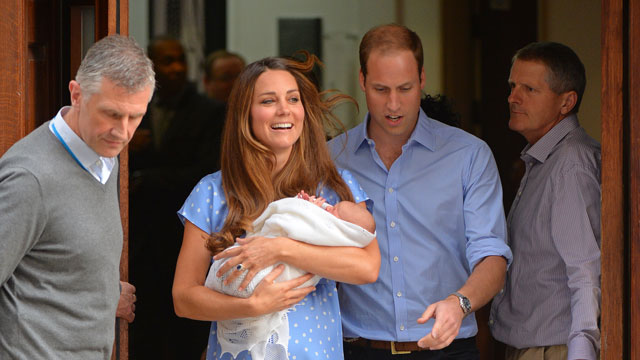 PHOTO:Kate and William leave the hospital with their newborn, royally.
