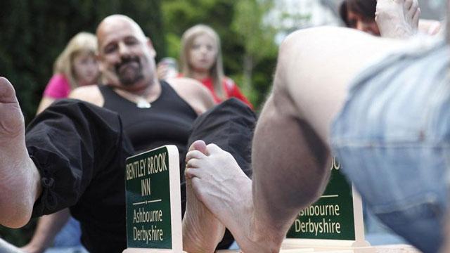 PHOTO:Gnarly toe war, anyone?