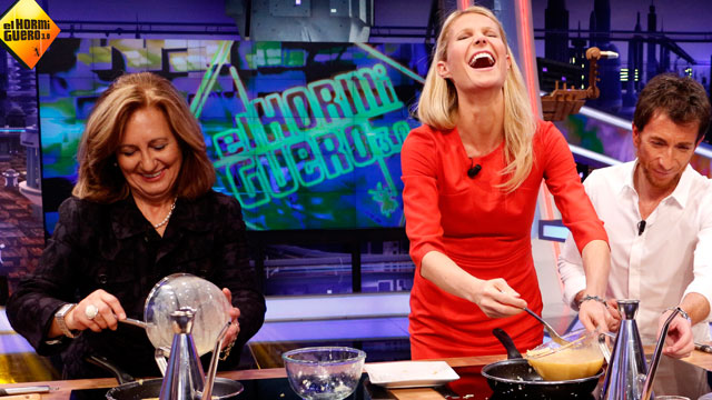 "PHOTO: Gynweth Paltrow cooking on a Spanish cooking show called ""El Hormiguero 3.0"""