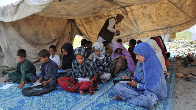 PHOTO:Afghan schoolchildren study in an open-air classroom on the outskirts of Mihtarlam in Laghman province on May 25, 2013.