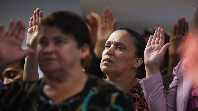 PHOTO:People recite the Pledge of Allegiance at a naturalization ceremony in downtown Manhattan on July 2, 2013 in New York City.