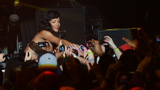 PHOTO:Rihanna reaches out to her fans.