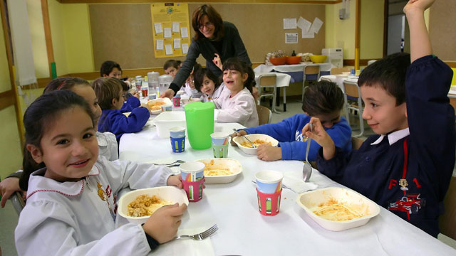 PHOTO:Young Italian kids take their lunch break at an Elementary School in Rome, 04 December 2007.
