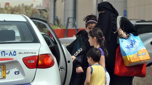 PHOTO:Saudi Women get into car.
