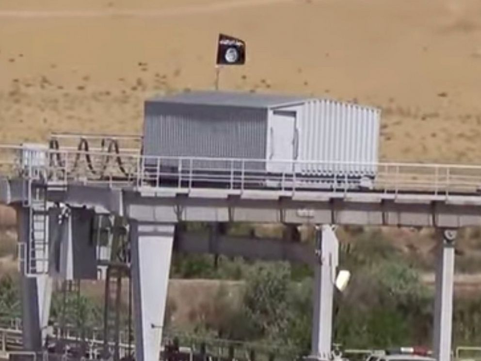 PHOTO: Islamic State Flag at Mosul Dam