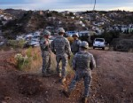 PHOTO: Arizona National Guardsmen talk while at an observation post overlooking the U.S. Mexico border in Nogales, Arizona.