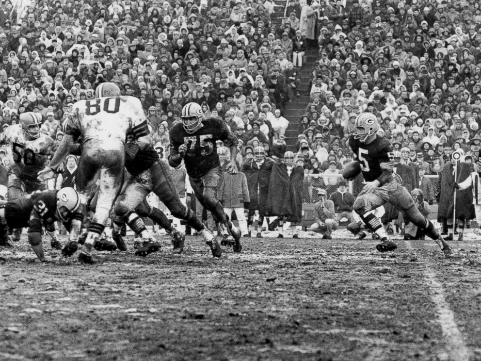 PHOTO: Green Bay Packers Hall of Fame halfback Paul Hornung on a carry in a 23-12 win over the Cleveland Browns in the 1965 NFL Championship Game on Jan. 2, 1966 at Lambeau Field in Green Bay, Wisconsin.