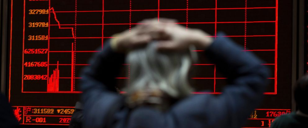 PHOTO: A woman reacts near a display board showing the plunge in the Shanghai Composite Index at a brokerage in Beijing, Jan. 7, 2016.
