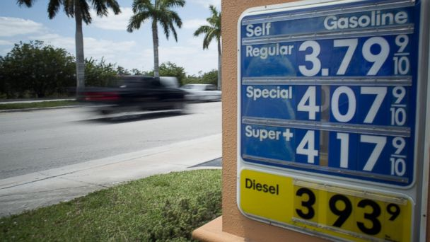 PHOTO: Traffic moves past a Doral, Fla. gas station, May 21, 2014.