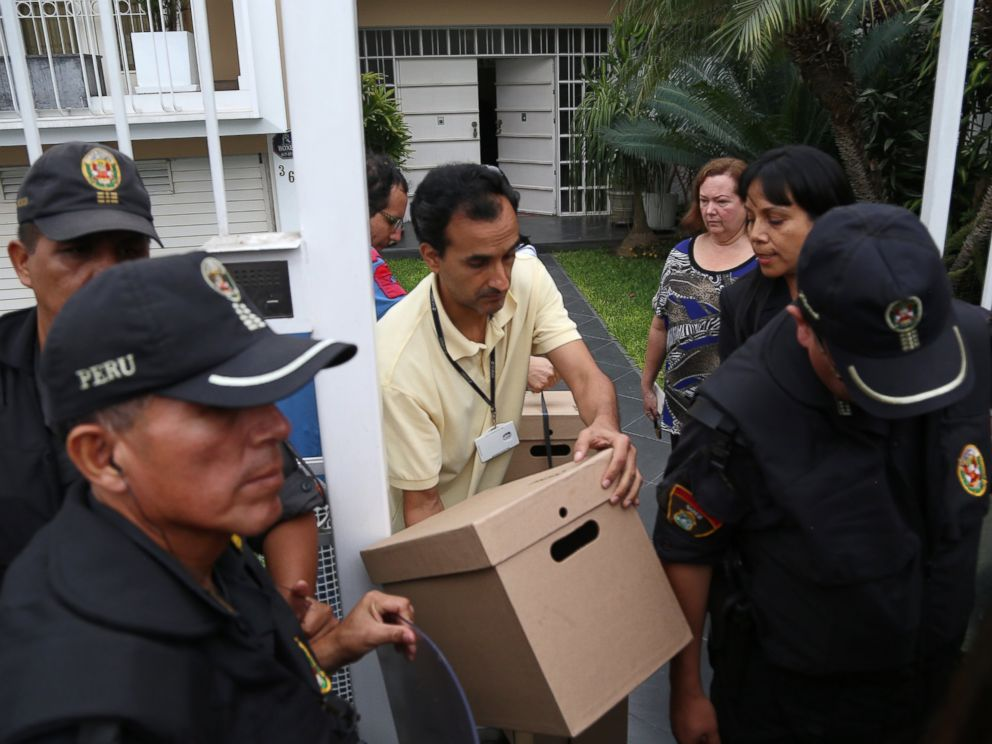 PHOTO:Tax authorities retrieve documents from the Mossack Fonseca offices escorted by police during a raid in Lima on April 11, 2016. Peruvian authorities raided a branch of Mossack Fonseca in Lima.