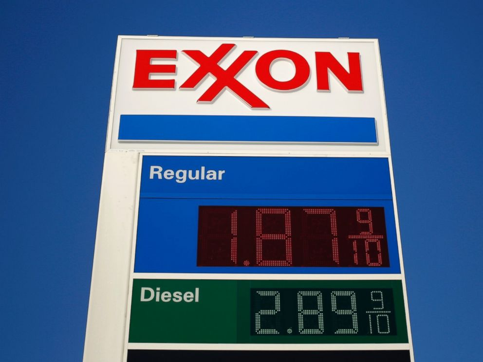 PHOTO: The price of unleaded gasoline is advertised at an Exxon Mobil Corp. gas station in Portland, Tenn. on Jan. 16, 2015.