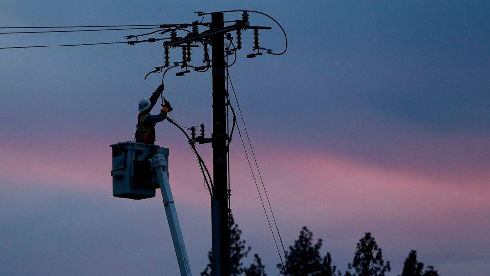 Api membawa ancaman pemadaman listrik untuk ribuan di California