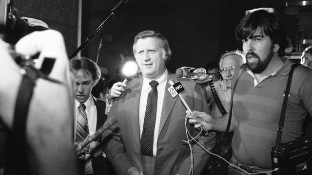 PHOTO: Newsmen engulf New York Yankee owner George Steinbrenner, second from left, as he arrives to attend a meeting of major league owners in New York City, July 9, 1981.