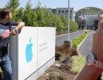 PHOTO: Russian tourists pose outside of Apple headquarters in Cupertino, Calif., Aug. 20, 2012.