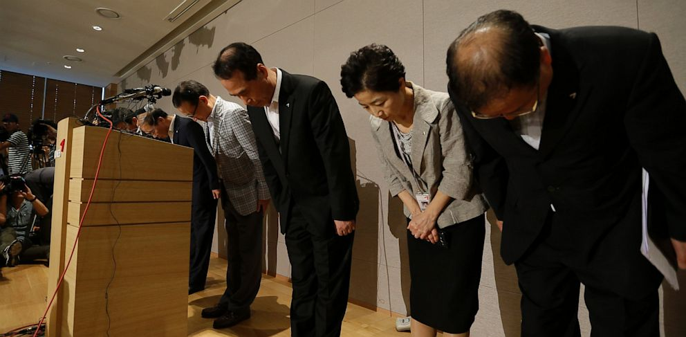 PHOTO: Asiana Airlines President and CEO Yoon Young-doo, fourth from right, and board members bow during a press conference after a crash landing of an Asiana Airlines flight at San Francisco airport, at its head office in Seoul, South Korea, July 7, 2013