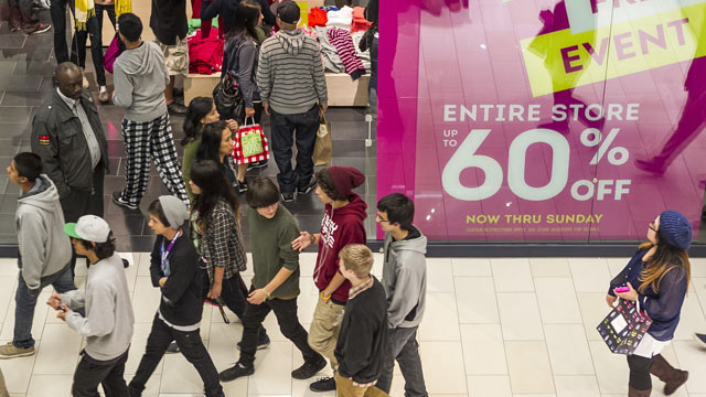 """PHOTO:Young consumers shop early on the early morning hours at the GAP store offering a """"Entire Store Up to 60% Discount"""" ad Friday, Nov. 23, 2012 at the Glendale Galleria mall in Glendale, Calif."""
