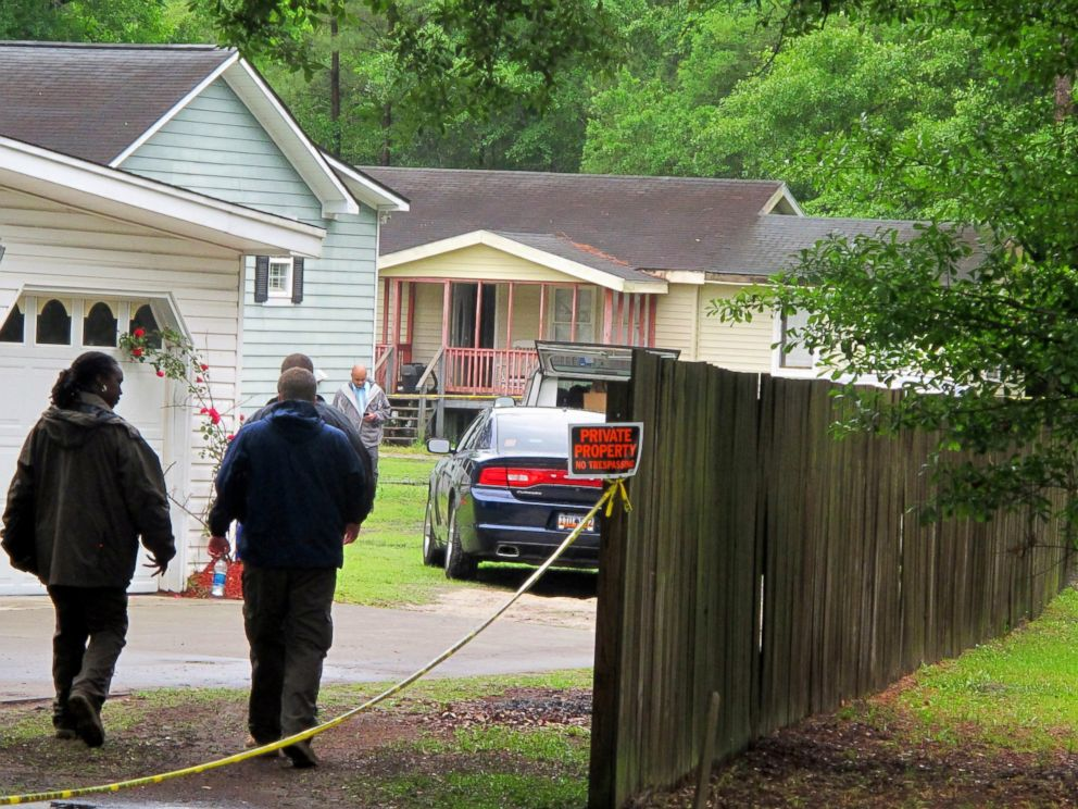 PHOTO: Investigators work at a scene of a shooting in Hollywood, S.C., May 7, 2015.
