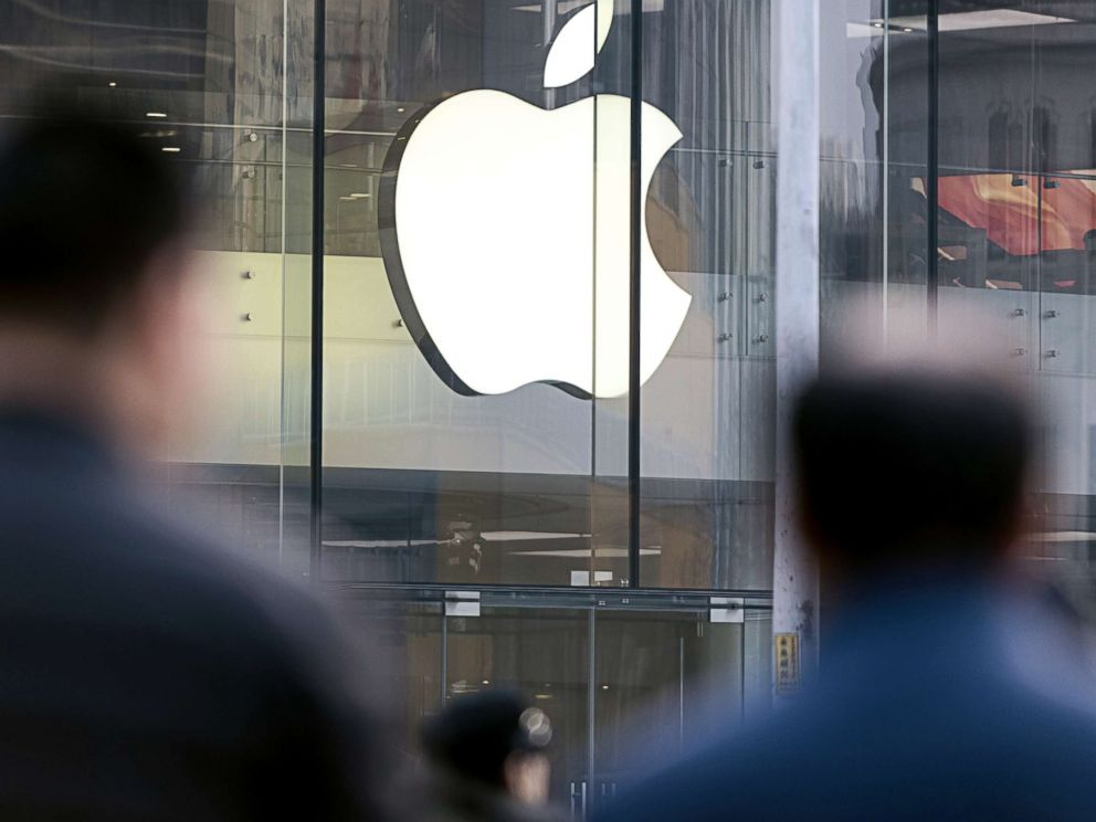 PHOTO: Pedestrians walk past the Apple store in Beijing, China, Jan. 3, 2019.