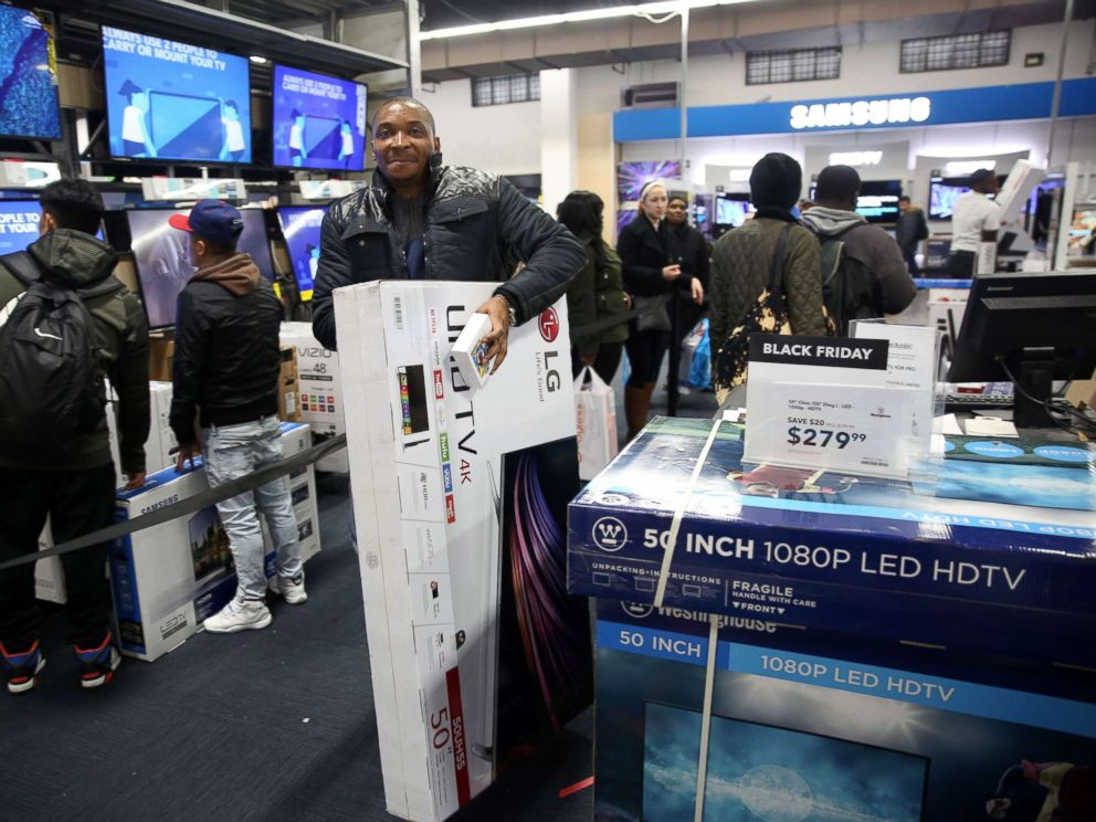 PHOTO: People shop for electronics on Black Friday at a mall in the Brooklyn borough of New York City, Nov. 25, 2016.
