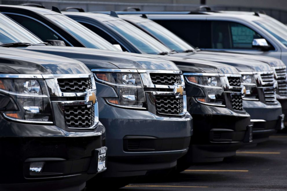 PHOTO: Chevrolet Suburban sports utility vehicles are displayed for sale at a dealership in Frankfort, Ill., April 30, 2015.
