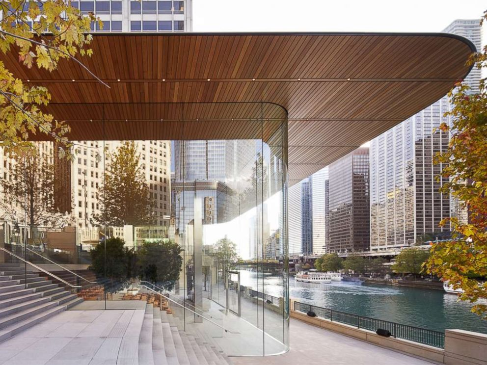 PHOTO: Apple Michigan Avenue all glass storefront.