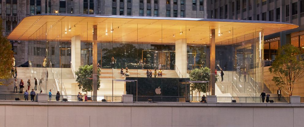 PHOTO: The newly redesigned Apple flagship store sits right along the Chicago River.