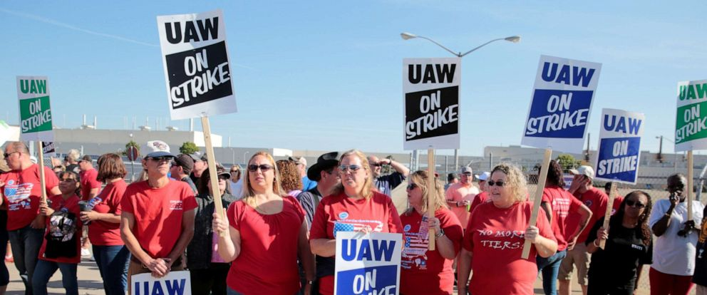 PHOTO: General Motors assembly workers picket outside the shuttered Lordstown Assembly plant during the United Auto Workers (UAW) national strike in Lordstown, Ohio, Sept. 20, 2019.