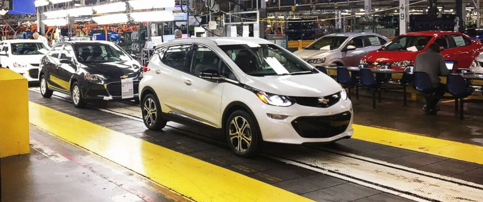 Photo Workers Emble Chevy Bolt Ev Cars At The General Motors Embly Plant In Orion