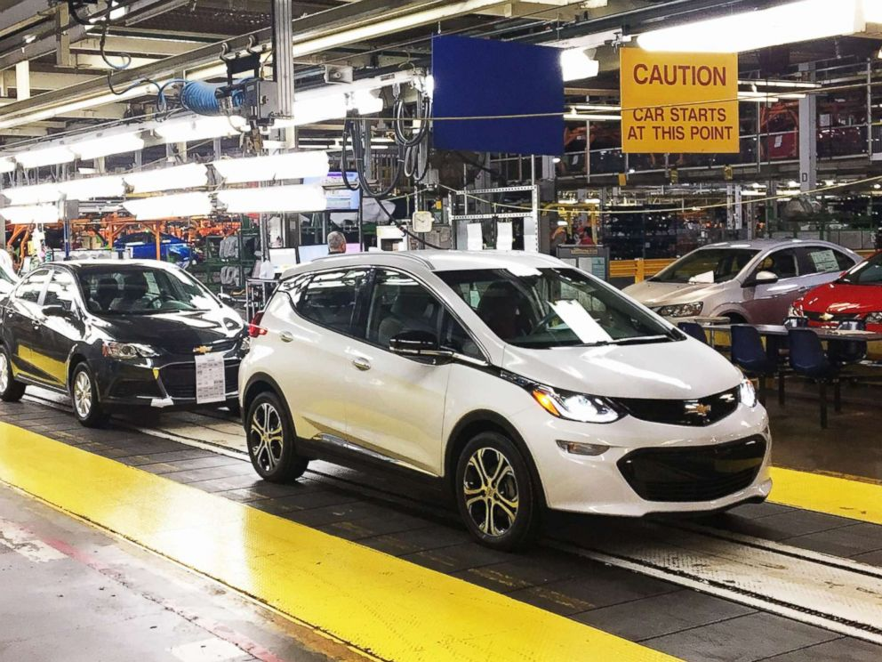 PHOTO: Workers assemble Chevy Bolt EV cars at the General Motors assembly plant in Orion Township, Mich., Nov. 4, 2016.