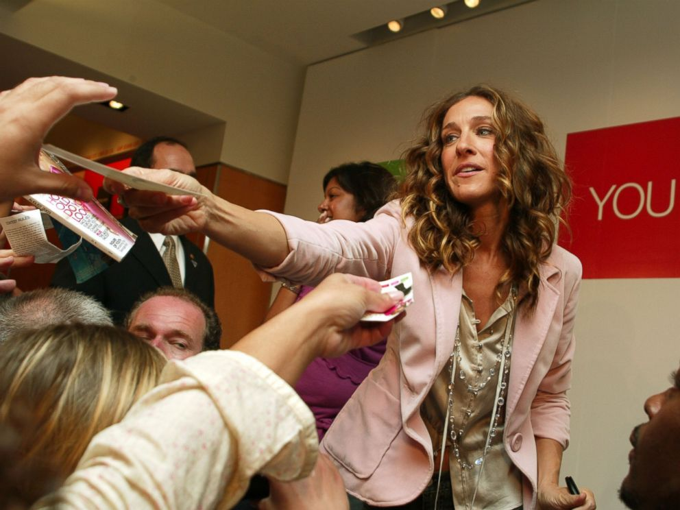 PHOTO: Sarah Jessica Parker signs autographs for the crowd at a promotional event for Gaps How Do You Wear It campaign on Sept. 9, 2004.