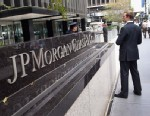 PHOTO: A policeman stands outside JPMorgan Chase bank on Park Avenue in midtown Manhattan on July 13, 2012 in New York City.