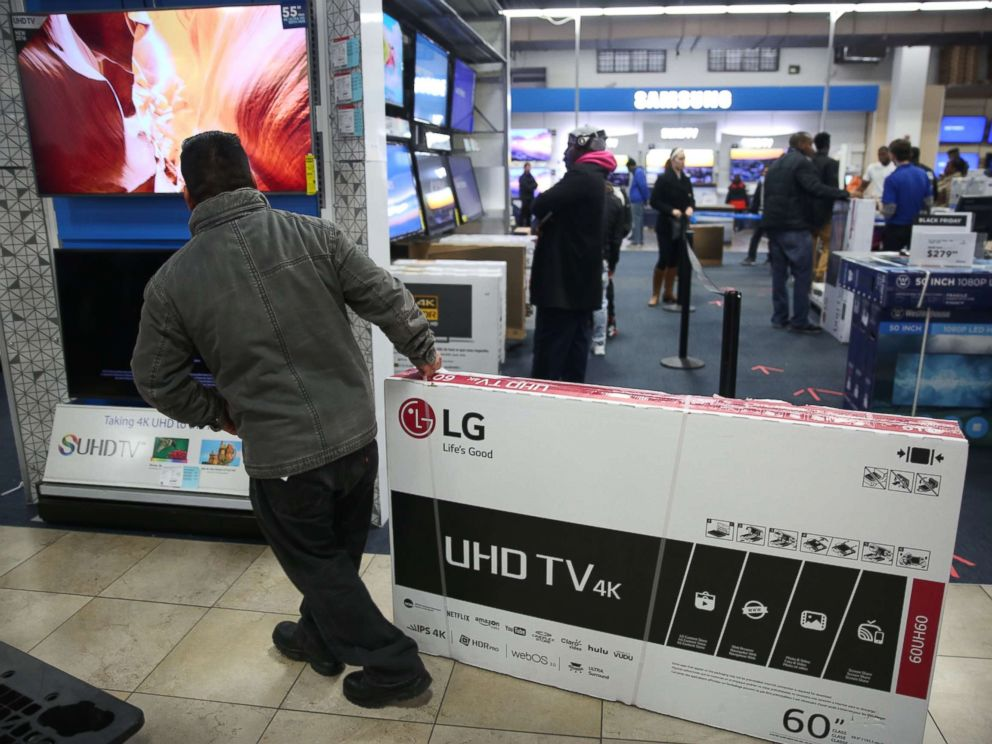 PHOTO: People shop for electronics on Black Friday, Nov. 25, 2016 at a mall in Brooklyn, NY.