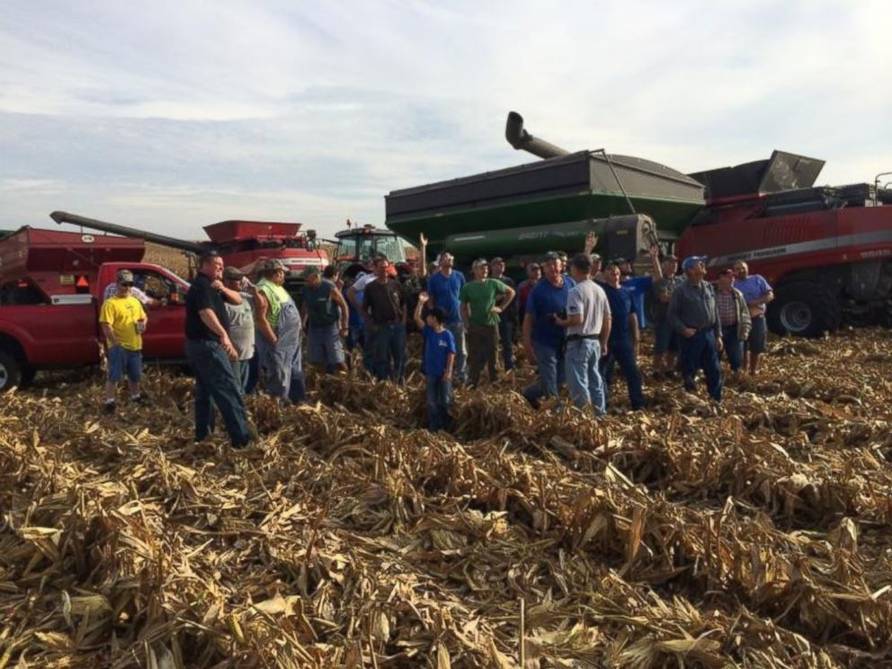 PHOTO: Farmers gather to help harvest Carl Bates corn crop on September 25, 2015 in Galva, Illinois.