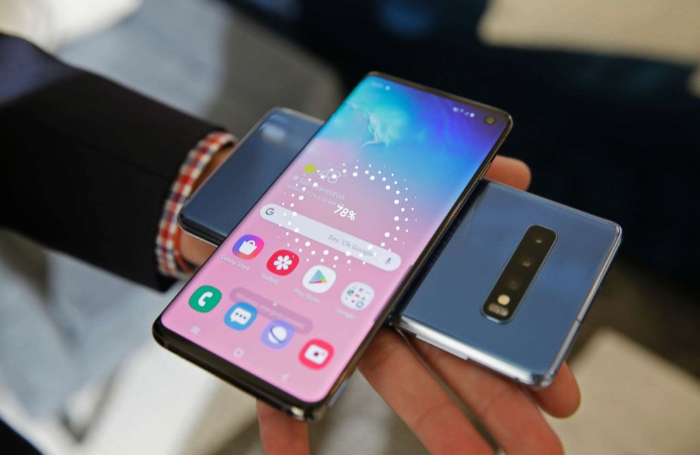 PHOTO: The wireless power charging feature for the new Samsung Galaxy S10 smartphones is demonstrated during a product preview in San Francisco, Calif., Feb. 19, 2019.