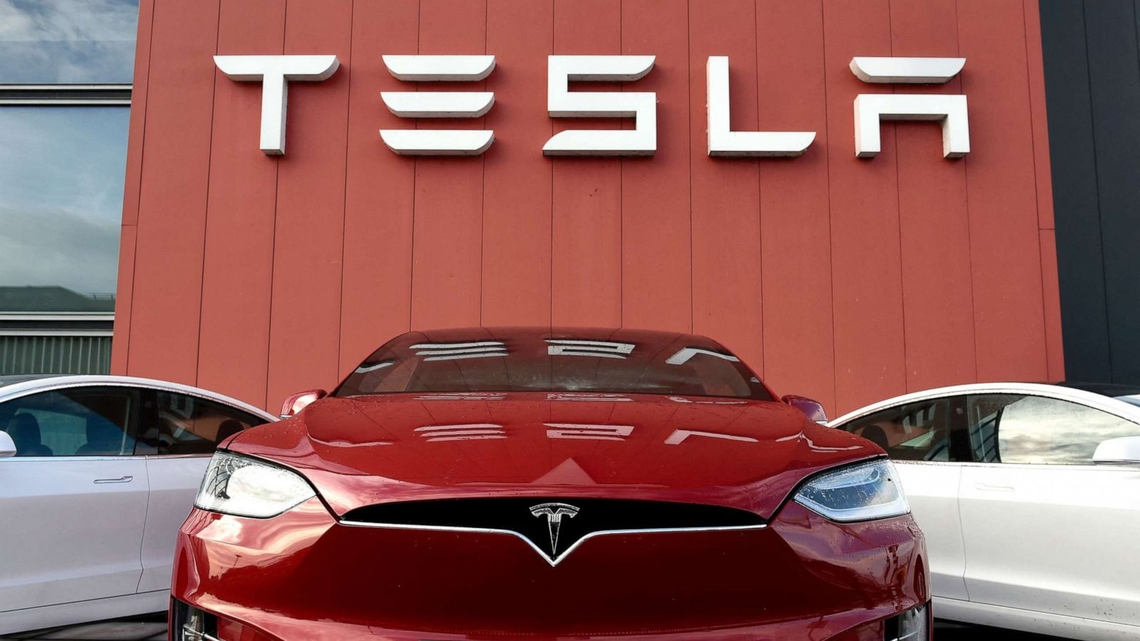 abcnews.go.com - Catherine Thorbecke - Customers can soon rent a Tesla at Hertz after company orders 100,000 electric vehicles