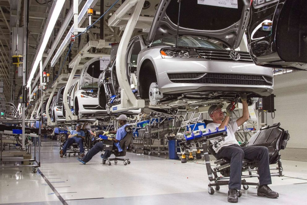 PHOTO: Employees at the Volkswagen plant in Chattanooga, Tenn., work on the assembly of Passat sedans, July 12, 2013.