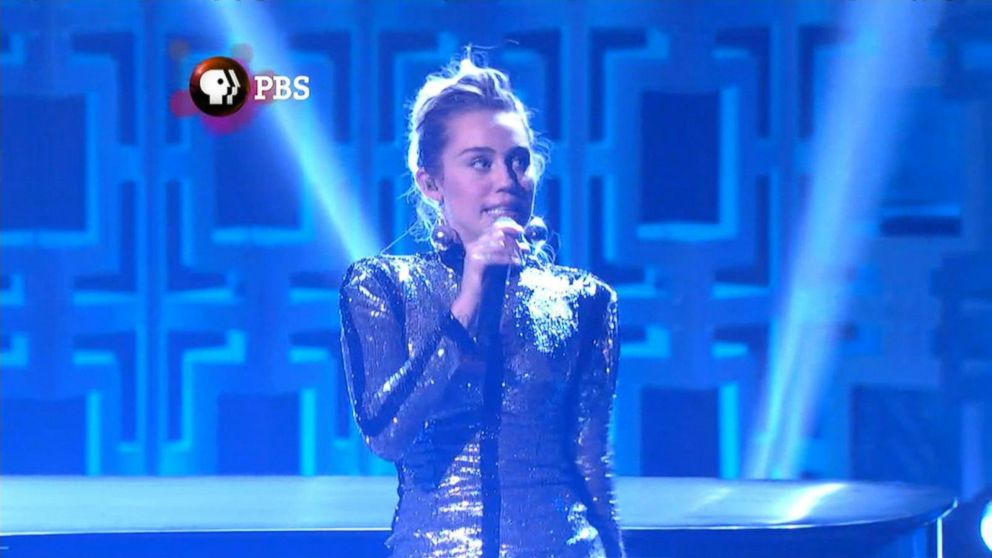 VIDEO: Miley Cyrus Too Stoned to Remember Lyrics at Bill Murray Tribute