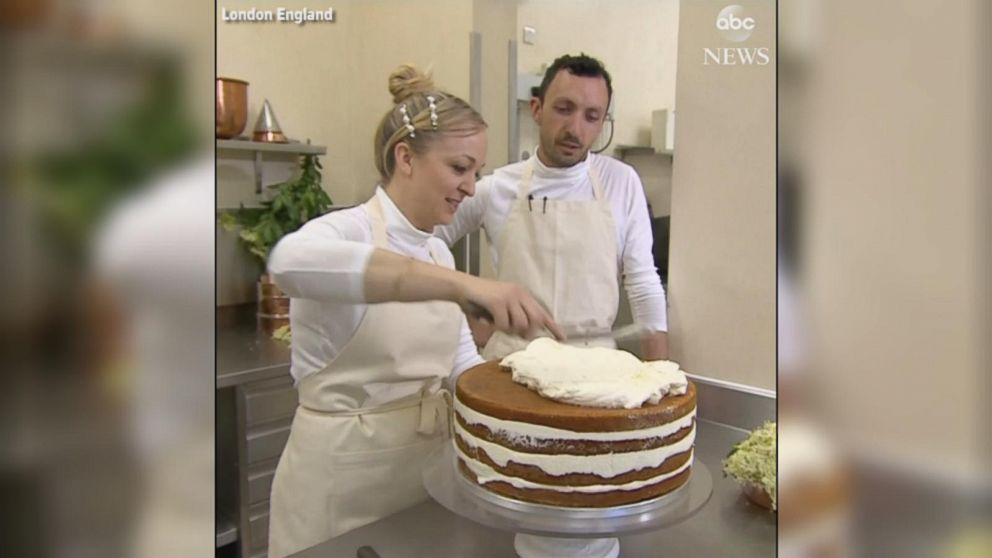 pictures royal wedding cakes royal wedding baker puts finishing touches to cake 18492