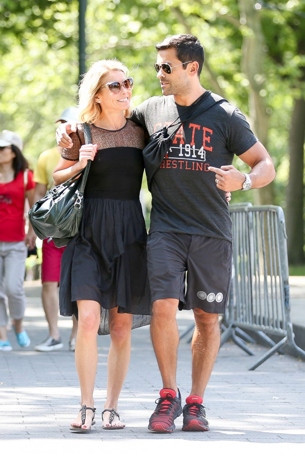 Kelly Ripa and Mark Consuelos Take a Walk in the Park Picture | Kelly Ripa's  life in photos - ABC News