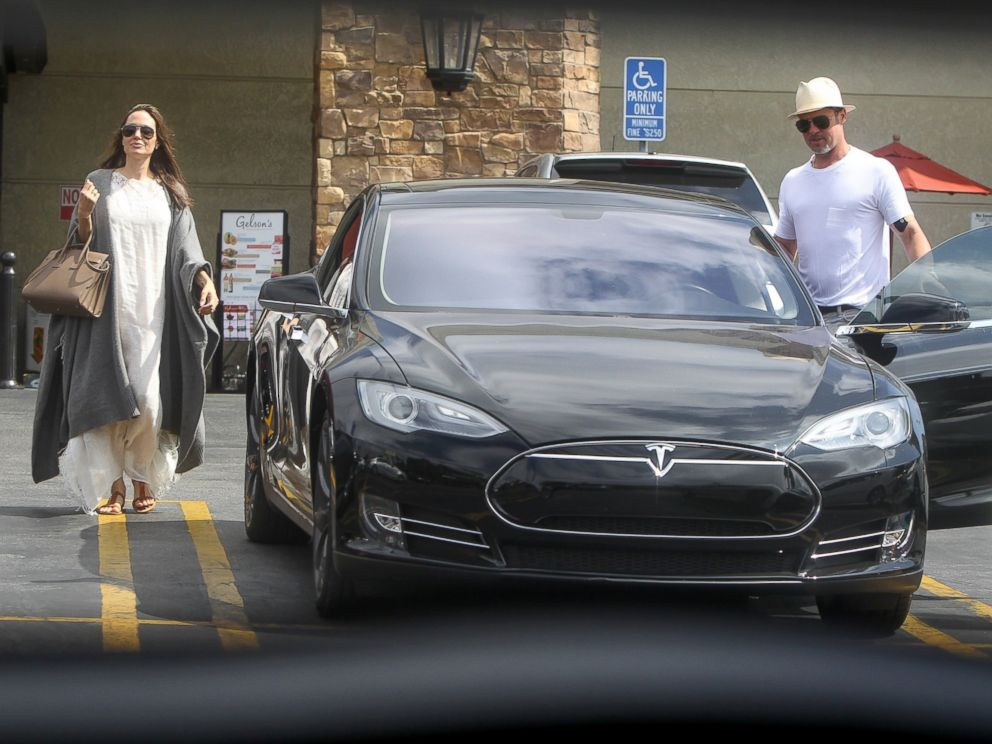 PHOTO: Angelina Jolie and Brad Pitt made a trip to Gelsons Market for 4th of July Holiday preparations in Los Feliz, California.