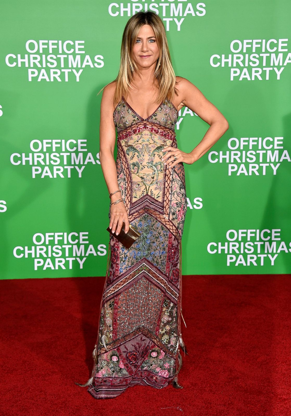 Jennifer Aniston Hits the Red Carpet for \'Office Christmas Party ...