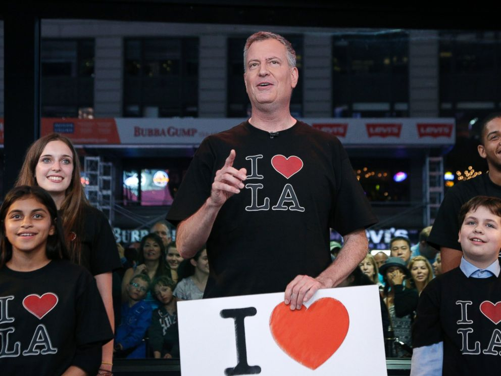 PHOTO: New York Mayor Bill de Blasio, center, appears on Jimmy Kimmel Live, June 16, 2014, to settle a Stanley Cup wager with Los Angeles Mayor Eric Garcetti.