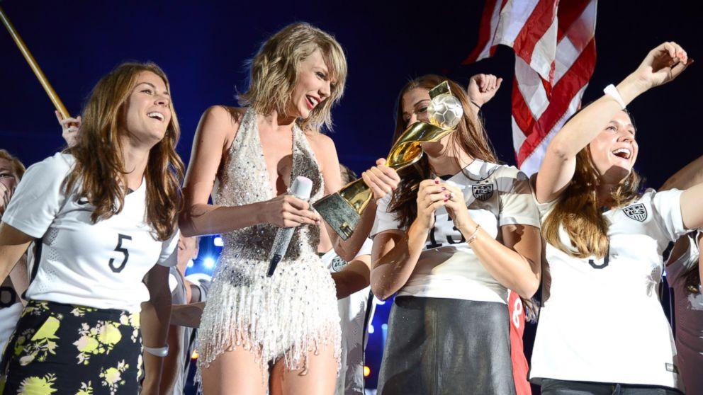 Us Women S Soccer Players Surprise Fans At Taylor Swift Concert Abc News