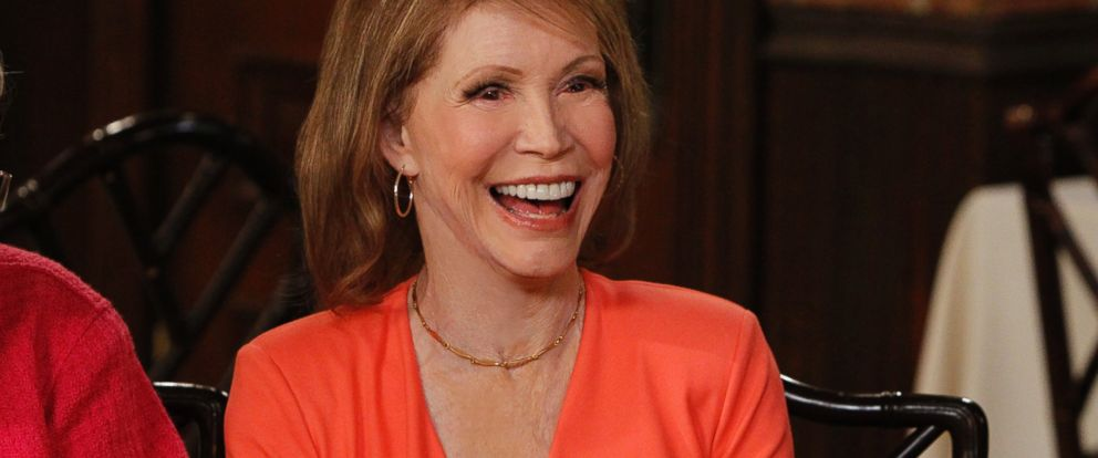 "PHOTO: Mary Tyler Moore talks with Katie Couric on the set of ""Hot in Cleveland"" for an exclusive reunion with the cast members of ""The Mary Tyler Moore Show,"" which made TV history, April 3, 2013."