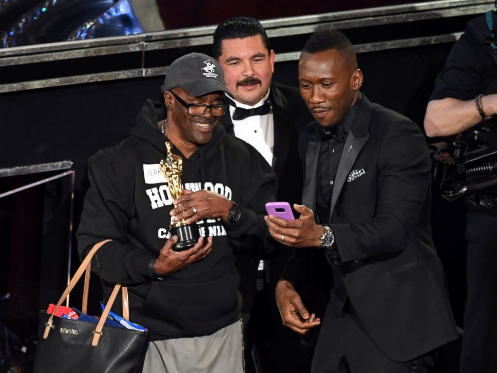 PHOTO: Guillermo Rodriguez, center, and actor Mahershala Ali surprises tourists with an entrance to the 89th Annual Academy Awards at Hollywood & Highland Center, Feb. 26, 2017, in Hollywood, Calif.
