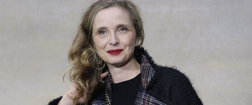 PHOTO:Julie Delpy poses during a photocall prior to the Chanel 2015 Spring/Summer ready-to-wear collection fashion show, Sept. 30, 2014, in Paris.